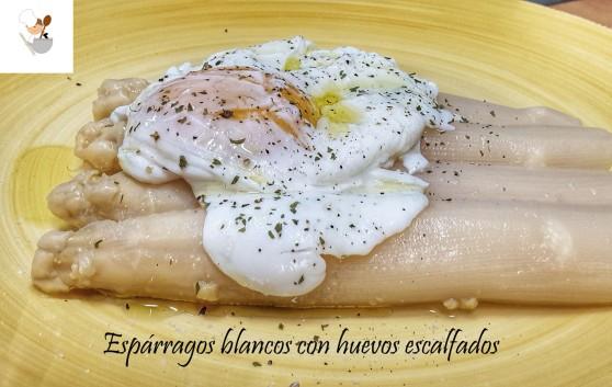 Espárragos blancos con huevos escalfados